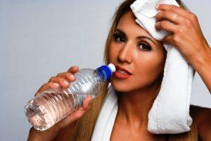 Fitness zena pije vodu