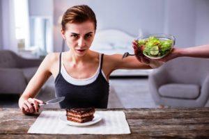 zena odmieta salat, kym chce jest tortu