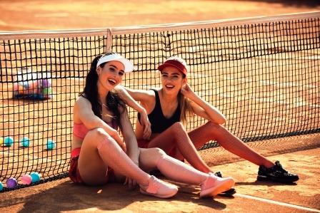 zeny na tenisovom kurte