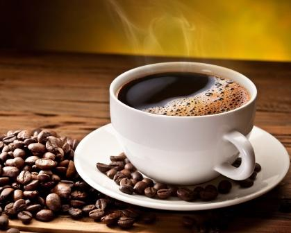 káva zrnká a šálka kávy