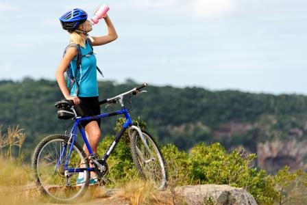 žena na horskom bicykli v prirode