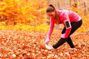 žena športuje v prírode na jeseň