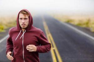 muž športuje v sychravom počasí