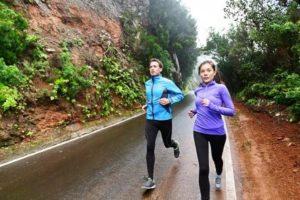 muž so ženou behajú v daždi
