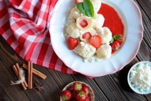 tvarohové knedlíky s jahodami a jahodovou omáčkou na tanieri