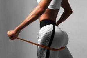 žena v športovom oblečení cvičí doma