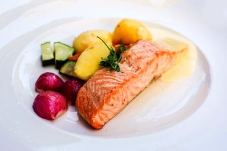 grilované jedlá z lososa a citrón