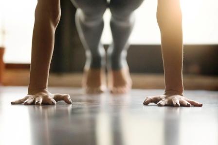 Mladá žena cvičí jogu, robí Push ups alebo press ups cvičenie