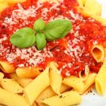 Rigatoni cestoviny s paradajkovou omackou nastruhaným parmezanom a cerstvym mletym korenim