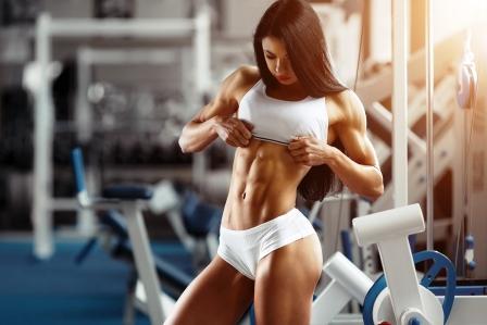 fitness zena ukazuje brusne svaly