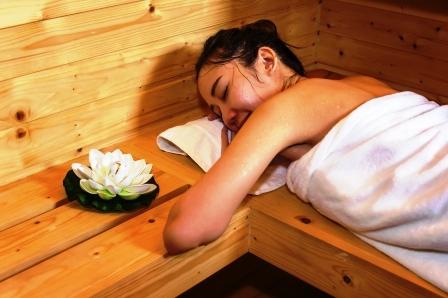 zena relaxuje v saune