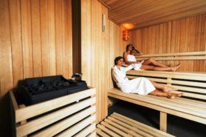 zeny relaxuju v saune