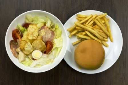 Caesar salat, cheeseburger a hranolky