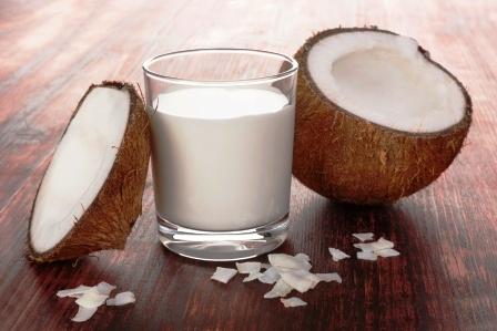 kokosove mlieko s kokosom a kokosovými vlockami