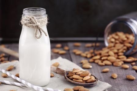 mandlové mlieko s celymi mandlami
