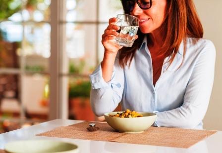 fitnes Zena zapija jedlo vodou