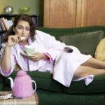 fitnes mlada zena lezi na pohovke