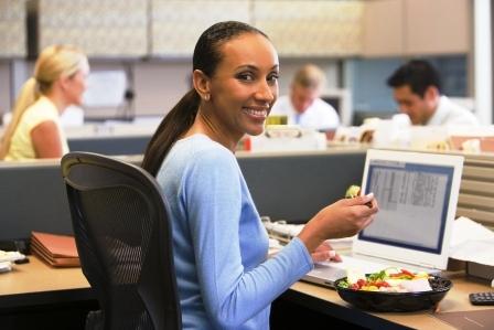 fitnes zena je v kancelarii obed