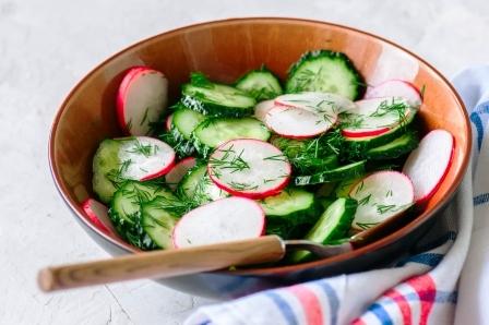 uhorkovy salat z cerstvej zeleniny