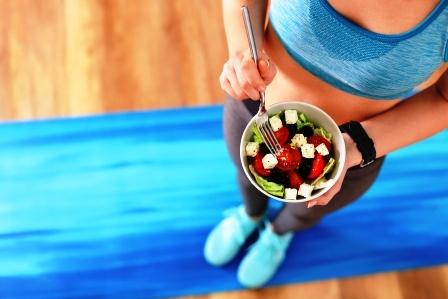 fitness zena je salat po treningu